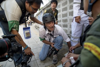 US war photographer has been shot in the leg during protests but survived with without serious injury and continued work immediately. Thailand, 2014. February 2.Photo by Jonas Gratzer/Time