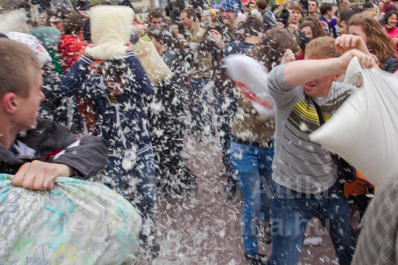 http://photos.volgyiattila.hu/gallery/Pillowfight-Day-Budapest-2012/G0000DhdOG.JwnmQ/C0000al1_lokbjPg